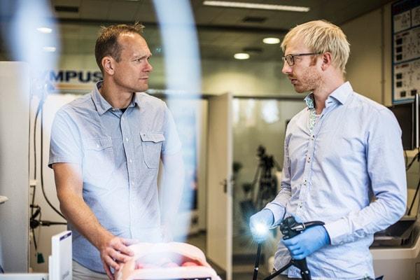 Professor Lars Konge og læge, ph.d.studerende Andreas Vilmann