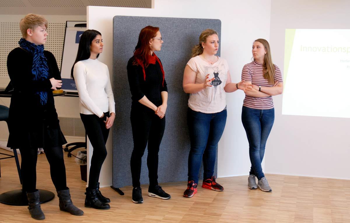 Gruppe studerende fremlægger løsning
