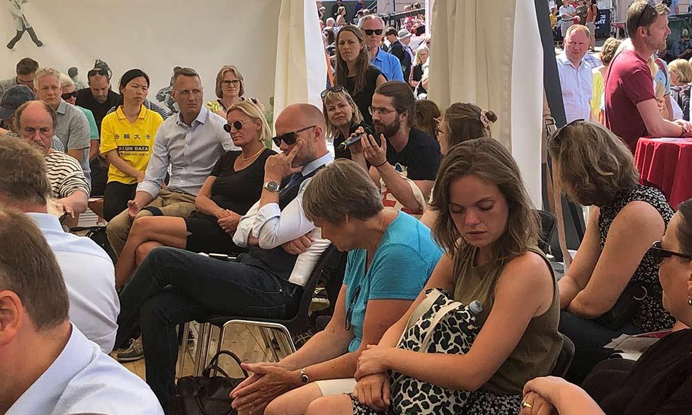 Folkemøde 2018 - publikum diskuterer med