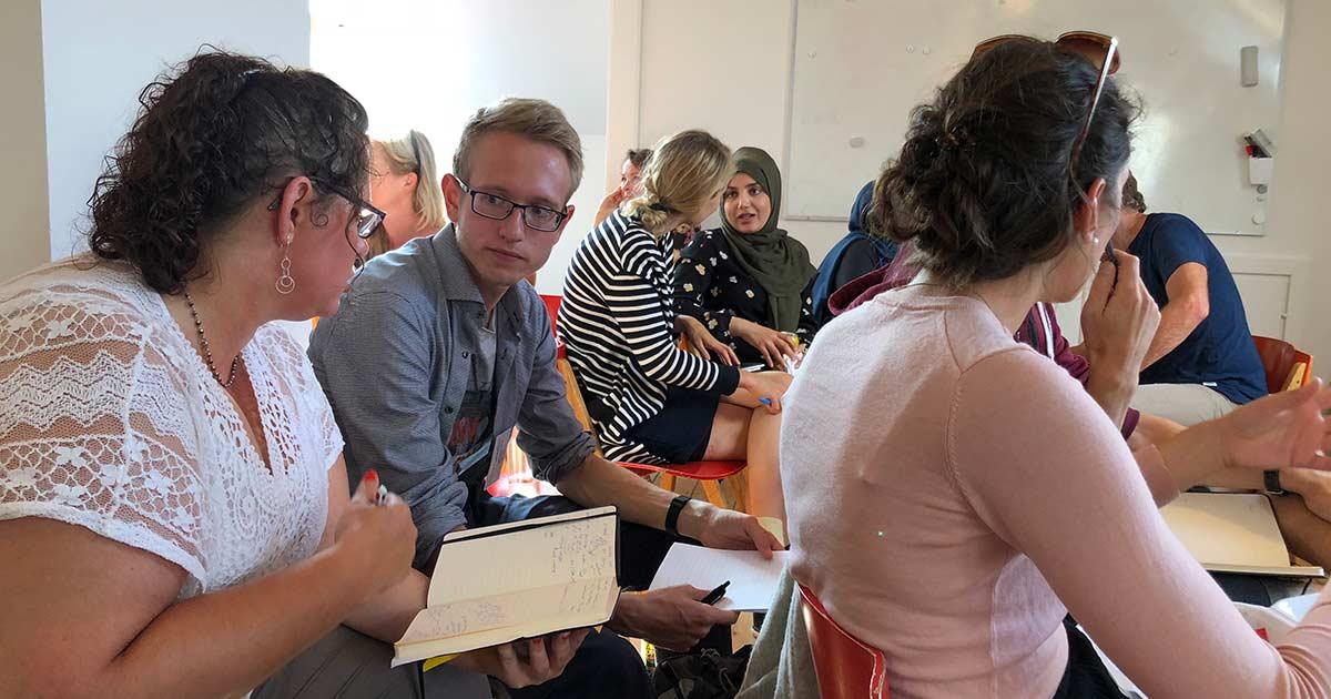 Studerende diskuterer til Summer Talks