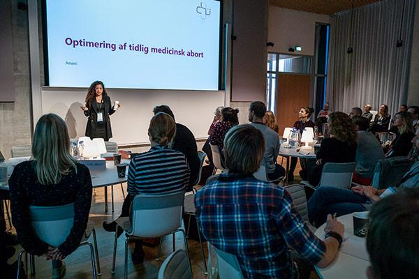 Amani præsenterer sin ide til at optimere medicinske aborter til konferencen