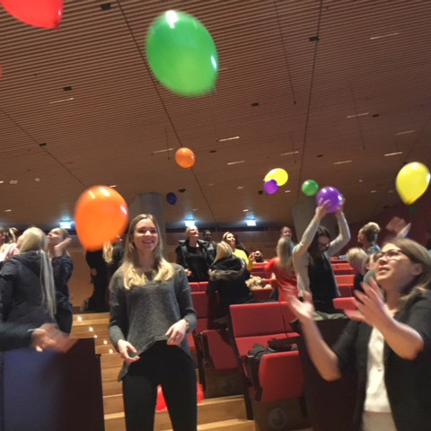 SKT: studerende midt i ballonleg